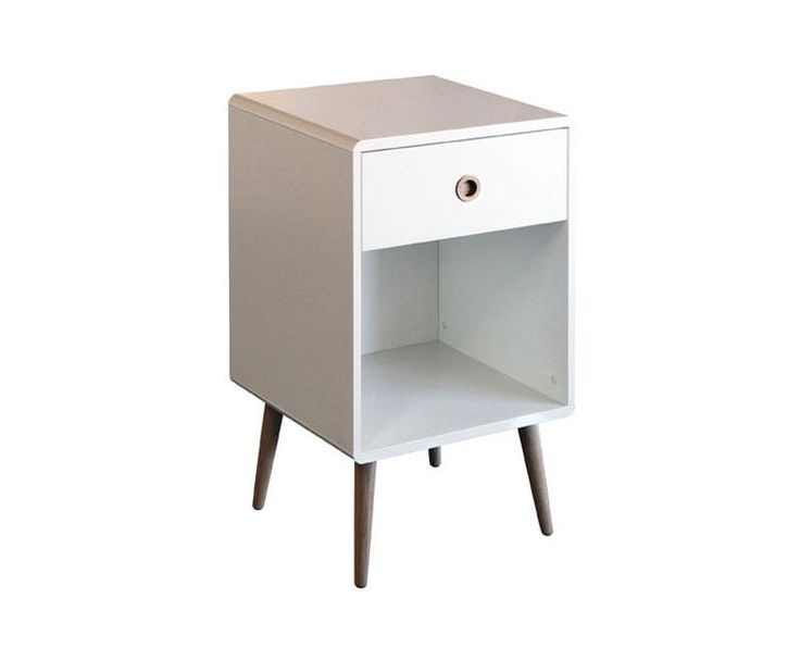Soft Line er en serie danskproduserte møbler med en moderne retro stil. I denne serien finner du både kommoder, nattbord, reol, skrivebord og skoskap.