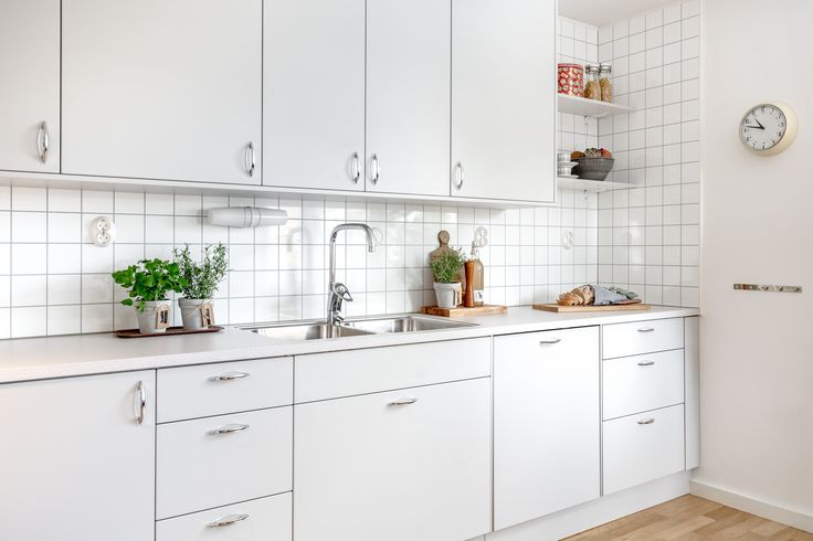 En sober, ljusgrå kökslucka med en mjuk följsam yta som ger köket en stilfull känsla. Ett kök för den trendiga.