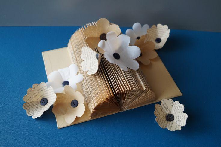 papierblumen aus filtert ten butterbrotpapier und buchseiten upcycling diy happy hobby. Black Bedroom Furniture Sets. Home Design Ideas