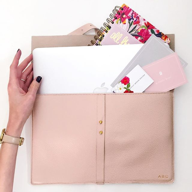 #ABDGiftGuide: @Cuyana Personalized Leather Laptop Sleeve | Perfect for your bestie who's all work, all the time