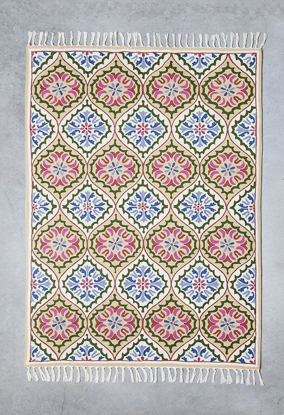 Beautiful modern area rug, a very cool 4X6 area rug (also available in 5X7) made of wool. Design is characterized by drops looking shapes, dominated by