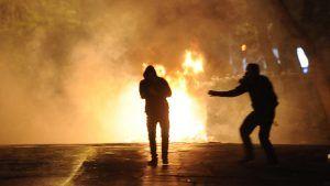 ΕΠΑΝΑΣΤΑΤΙΚΗ ☭ ΑΡΙΣΤΕΡΑ: Νέο μπαράζ επιθέσεων με μολότοφ και πέτρες εναντίο...
