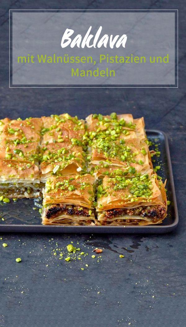 Das zuckersüße Original aus dem Balkan ist vielschichtig. Zwischen Teigblättern backen Walnüsse, Pistazien und Mandeln, zum Schluss wird alles mit reichlich Sirup getränkt.