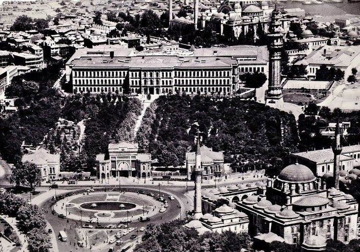 İSTANBUL ÜNİVERSİTESİ18 Kasım 1933'de Türkiye'nin ilk ve tek üniversitesi olarak öğrenim hayatına başlamış olan kurum, Osmanlı İmparatorluğu'ndaki ilk Avrupa tarzı üniversite olarak kabul edilen Darülfünun'un doğrudan devamıdır. Ayrıca okulun bazı birimleri temelleri İstanbul'un fethinin ertesi günü 30 Mayıs 1453'te Fatih Sultan Mehmet'in emriyle kurulan Sahn-ı Seman medreselerine kadar dayandığından okulun kuruluşu bu tarihe kadar uzanır. Bugünkü hali 1933'te kurulmuştur.