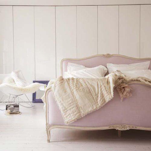 Adoro o rosa antigo. Ooooops, dá para ver pelo cabeçalho do blog. Essa cama aí é um sonho!