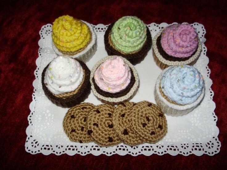 Amigurumi Comida: Cupcakes y Galletas Cookies - Patrón Gratis en Español aquí: http://tallerdemao.blogspot.com.es/2014/01/cupcakes.html?m=0