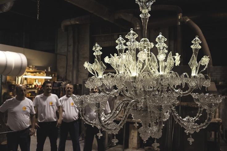 Terminato anche questo ultimo passaggio il lampadario, finito, viene fotografato e gli viene dato un nome. A questo punto, il lampadario è pronto per essere messo in vendita.