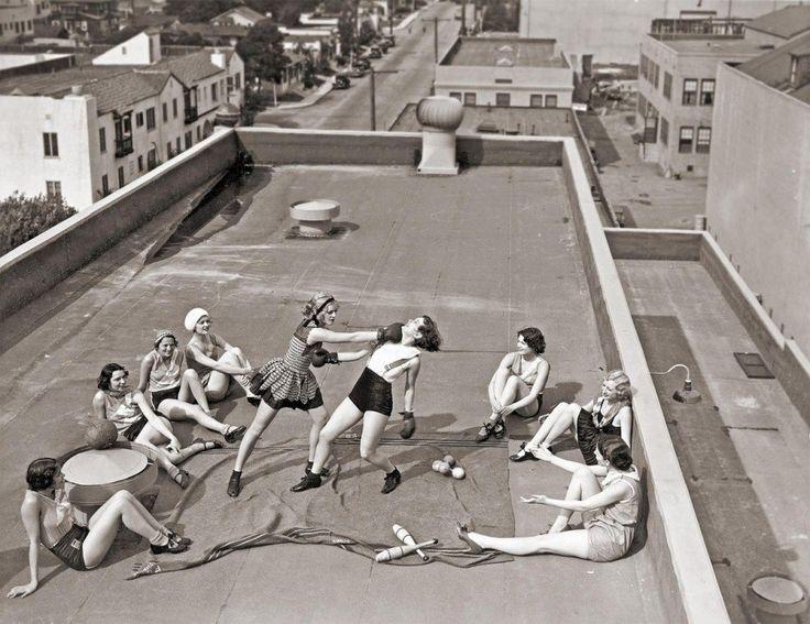 40 Portraits de femmes qui ont fait changer le cours de l'histoire pour toujours : Un groupe de jeunes femmes boxent sur un toit à Los Angeles.(1933)