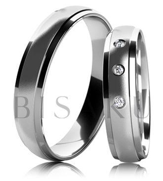 B44 Snubní prsteny z bílého zlata v kombinaci saténově matného středu a lesklých okrajů. Dámský prsten zdobený kameny. #bisaku #wedding #rings #engagement #svatba #snubni #prsteny