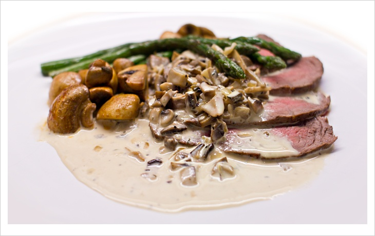 roast beef with a creamy mushroom sauce, mushrooms and asparagus. lchf / lowcarb