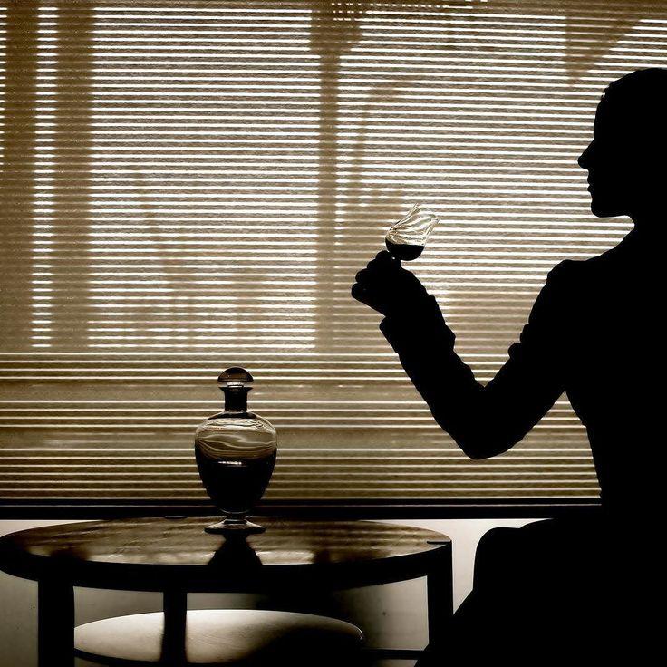 En god venn fra barnehagen pusset opp og drev en Cognac-farm i selveste Cognac. Der fant noe så sjeldent som en hundre år gammel drikk. Den hadde utrolig nok ikke tapt mange prosent i løpet av to verdenskriger. Den kunne fortsatt kalles en Cognac. Den skulle selges dyrt og leveres i et fancy eikeskap. Lyset skulle skinne inn i riktig vinkel på flasken. Min venn ville jeg skulle ta noen bilder av denne mystiske parfymeflasken. Jeg allierte meg med en flott veninne. Hun kom i en rød…