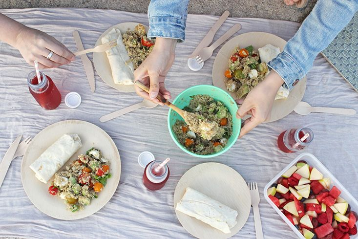 Pique-nique sain et coloré : Taboulé de quino, Wrap Houmous, Légumes et Mozzarella, salade de fruits acidulée, infusion glacée