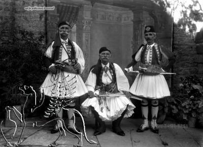 Gruppenporträt dreier Männer in Tracht Paros (Regionalbezirk), Paros. Nachlass Alfred Schiff (1863-1938); Uni-Koeln