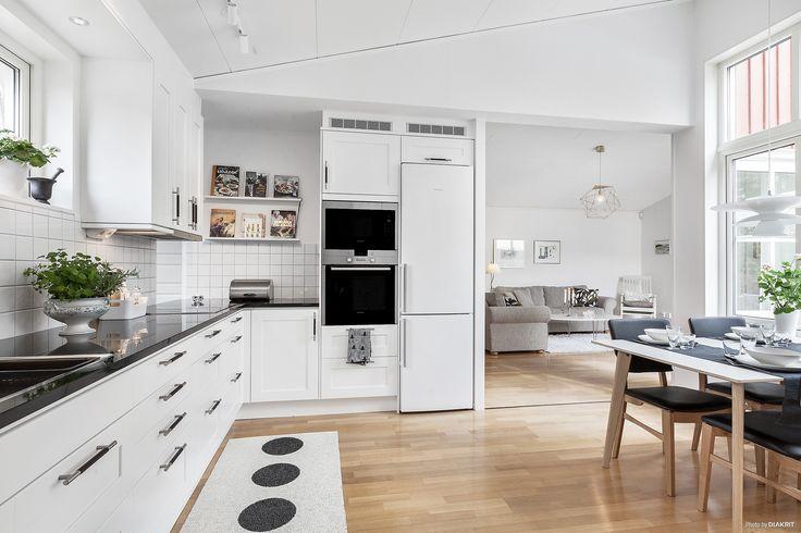 Kökslucka Studio vit med snygga handtag i brunt läder o rostfritt stål | Ballingslöv