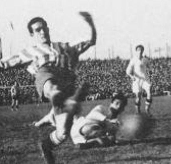 Pío Alonso (Gijón, 1925). Primer Pichichi del equipo en la 2ª división (1949-50) con 31 goles. Sexto máximo goleador histórico con 93 goles en 135 partidos. Autor del gol que dió la primera victoria frente al Real Madrid en Charmartin en 1948. En el club desde 1944 hasta 1950, fichado por el At. Madrid con el que ganó una liga, luego en el Zaragoza y regresó al Sporting para retirarse en 1954-55.
