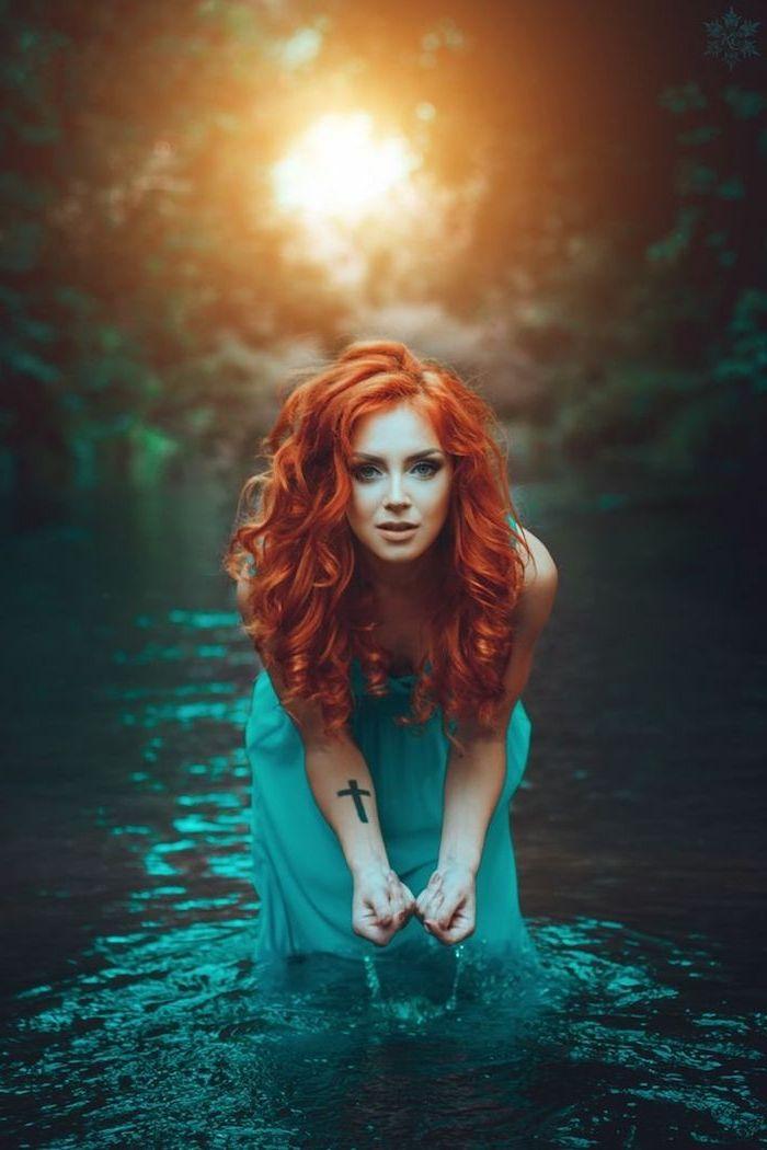 rothaarige Schönheit mit Schneewittchen Teint und grünen Augen, blaues Kleid, Kreuz Tattoo