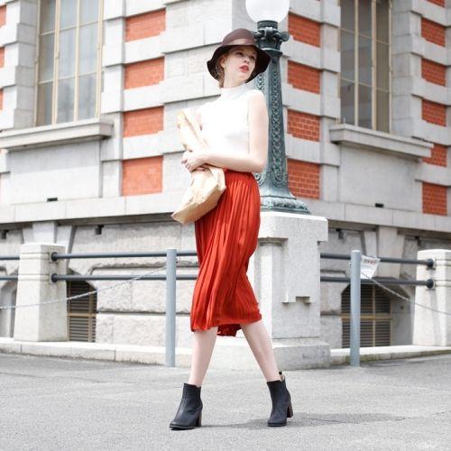レッドのスカートと合わせればレトロな雰囲気に♪ボトルネック ノースリのコーデ・スタイル・ファッション☆