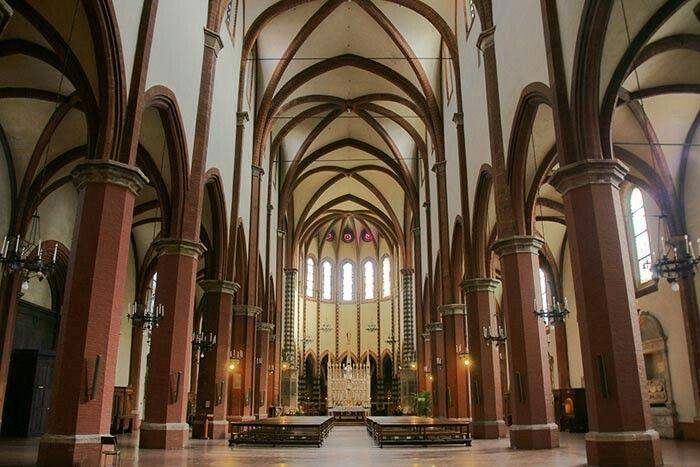 Interno della chiesa di San Francesco Bologna computer nel 1263