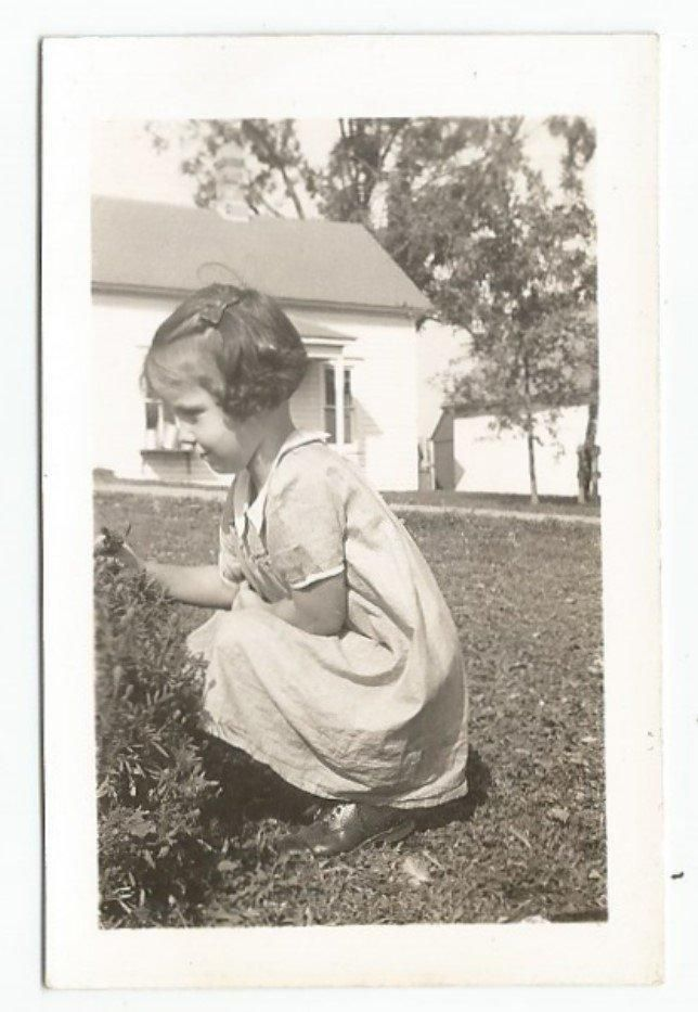 PROFILE CUTE LITTLE GIRL SQUATTING BY BUSH OLD/VINTAGE PHOTO-SNAPSHOT R2058