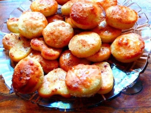 Αρχαία Ελληνική Συνταγή Στην αρχαία Ελλάδα, τα ονόμαζαν σαϊταστάς! Ετοίμαζαν αποβραδίς ένα προζύμι και την επόμενη ημέρα έφτιαχναν τις τηγανίτες, που καυτές τις περιέχυναν με μέλι. Αλλά και η γιαγ…