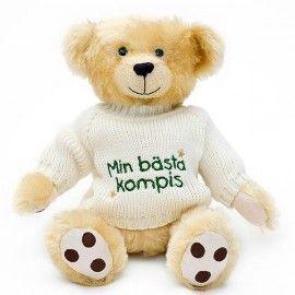 """Den perfekta presenten när du är långt borta och behöver skicka en omtanke eller krya på dig-hälsning till någon. Passar även som kärleksgåva eller present till nyfödd. Teddybjörnen Fredriksson med en söt stickad tröja med texten """"Min bästa kompis"""". En omtanke som varar länge! - See more at: http://www.nallegram.com/fredriksson_min_basta_kompis#sthash.PqQ055y6.dpuf"""
