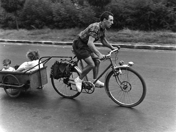 Carrefour Belle-Epine août 1950. Robert Doisneau.• …repinned by….http://www.pinterest.com/mauriedaboux/