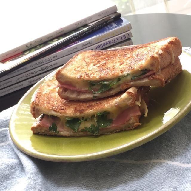 6枚切りトーストで作りました。バターたっぷりめ。ふた切れ目を食べるかどうかしばし悩む。 - 131件のもぐもぐ - グリルドチーズサンドイッチ by 麻紀子