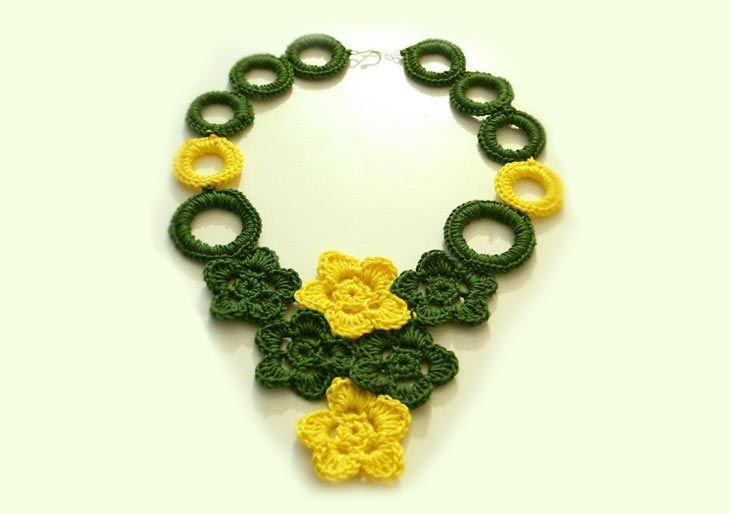 Le lavorazioni a uncinetto sono molto versatili! Qui spiego come realizzare una collana a giro gola, composta da fiori e anelli rivestiti a uncinetto.