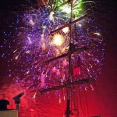 Voor het personeelsuitje van Emerson Sail Inn 2010 werd Martin Kuijper gevraagd de avond in een reportage vast te leggen. Naast het fotograferen van alle mensen en de boot heeft hij ook het prachtige vuurwerk vastgelegd. Zowaar een uitdaging! Probeer maar eens met een enkele opname op een bewegende boot in het donker (lange sluitertijd!!) al dat gekleurde licht goed te vangen. De foto spreekt voor zich…