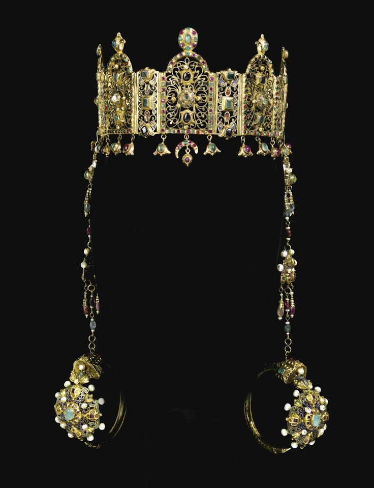 A GEM-SET GOLD HEAD-DRESS WITH A PAIR OF CEREMONIAL EARRINGS (KHROS), MOROCCO, 18TH CENTURY