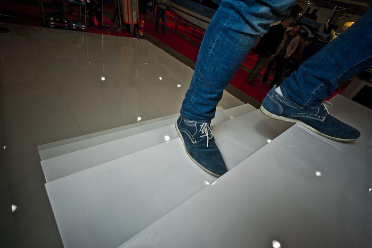Nietypowa i prestiżowa realizacja. Podest i schody na potrzeby właściciela jachtu. Zadebiutował podczas Targów Żeglarstwa i Sportów Wodnych BOATSHOW w Łodzi. Wykonanie: Wood Fashion (podest: panel podłogowy SKEMA Glossy, wymiary: 1000x1000x8, AC 3).