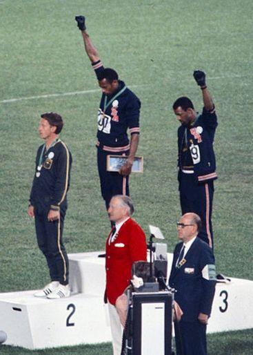 Les sprinters Peter Norman, Tommie Smith et John Carlos à Mexico lors de la remise des médailles