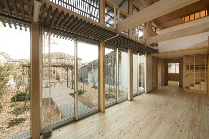 「わ」の家: 有限会社 宮本建築アトリエが手掛けたリビング.eclecticリビング 今回ご紹介するのは、塀を設ける代わりに木立によって外部とのゆるやかな区切りを設け、自然を感じながら季節の変化を楽しめる優しい住まいです。庭に広いデッキテラスを設置したり、室内は木の素材感あふれるインテリアでまとめられたりと、くつろいだ気分で豊かな時間を過ごすことが出来るようになっています。自然素材に包まれた優しい雰囲気の住宅を考えている方には、参考になるアイデアが見つかるかもしれません。このプロジェクトは、茨城県を拠点に活動する有限会社宮本建築アトリエによって手掛けられました。一体どんな様子になっているのでしょうか?さっそく詳しく見て行きましょう!
