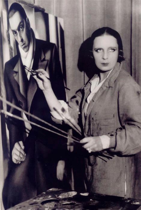 Tamara de Lempicka in front of the portrait of her husband Tadeusz