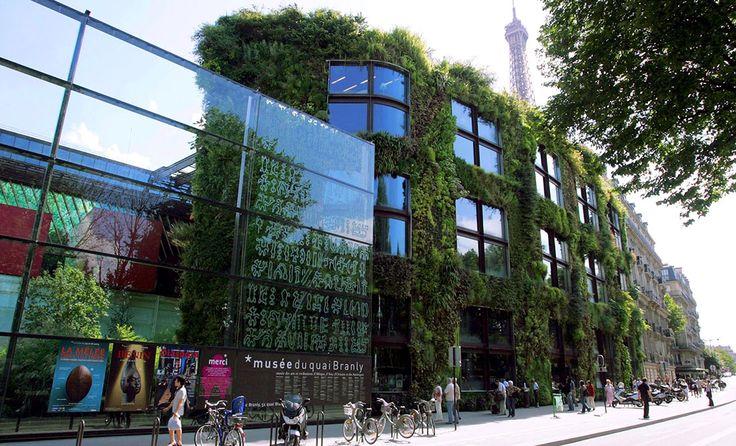 Yeşil duvarlar (dikey bahçeler veya yaşayan duvarlar) Adına ne derseniz deyin, bu dikey bahçe duvarlar hem yalıtımı artırarak ısı alışveriş dengesine ve gürültü azaltımına katkıda bulunuyor hem de şehirde ekstra yeşil alanlar yaratarak, şehrin havasını ve görünümünü iyileştiriyorlar.   #Duvar #Sürdürülebilirlik #Çevre #Yeşil #YeşilBinalar