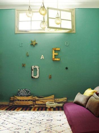 アンティーク調のオブジェをランダムに飾って。ペパーミントグリーンの壁とマッチして、素敵な空間に♡