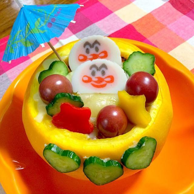 今日は、七夕でもあり、nanaちゃんの誕生日なんだって(o^^o)ちょっと前にコメントで七夕の誕生日に何か作って、お祝いするねーって言っといて、こんなものになってしまった 七夕なのに雨だし、アンパンマンもどきかまぼこも傘さしてます(⌒▽⌒) ハルちゃんのかぼちゃのお料理を16cmのデカ丸ズッキーニで作ったの(o^^o) ハルちゃん、美味しいレシピありがと*\(^o^)/* nanaちゃん、お誕生日おめでとう こんなんでごめんなさい - 268件のもぐもぐ - ハルちゃんの丸ごとかぼちゃの温野菜サラダ♪〜チーズソース〜のズッキーニ七夕バージョン*\(^o^)/* by kumisausa