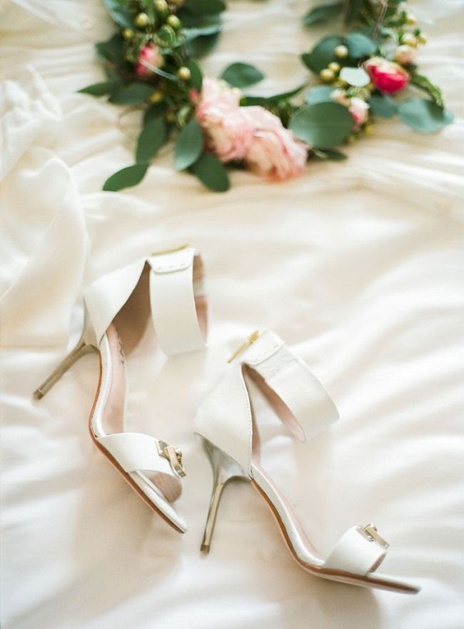 #bridal_shoes | Photography: Morning Allure | more on http://bridetips.ru/%D0%BC%D0%B0%D0%B3%D0%B8%D1%8F-%D0%BF%D0%BB%D0%B5%D0%BD%D0%BA%D0%B8-%D0%BE%D1%82-morning-allure/