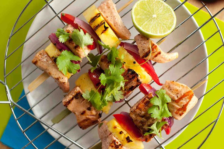 Łosoś opiekany na grillu z ananasem i papryką #smacznastrona #przepisytesco #majówka #grill #wiosna #łosoś #grill #ananas #papryka