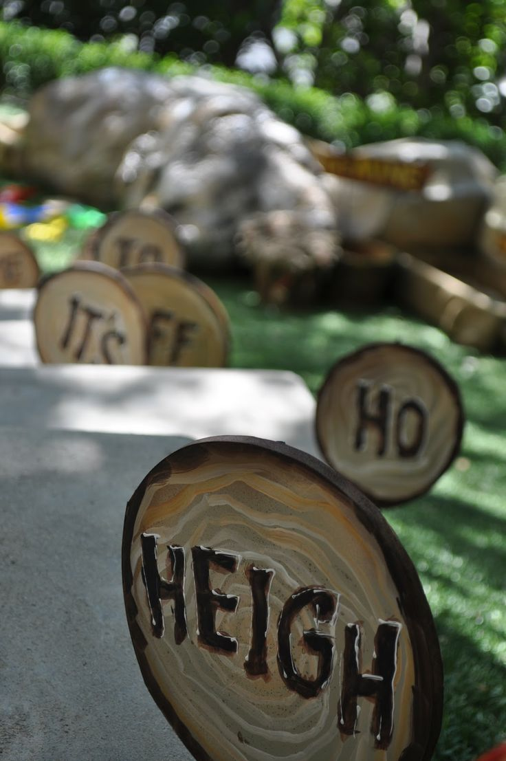 I love this Snow White decor... especially for an outdoor party or for the walkway to the entrance.