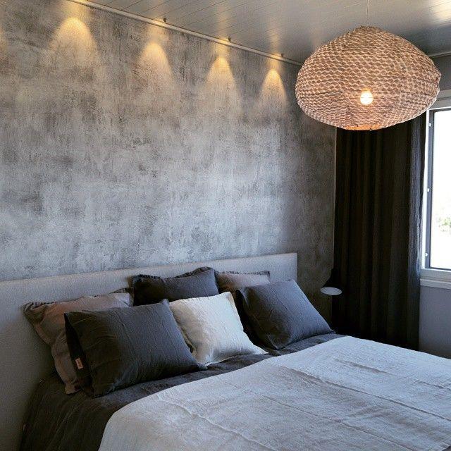 #ShareIG Novacolor Italia Archi+ Concrete sisustuslaastilla tehty makuuhuoneen seinä. #sisustuslaasti #tehosteseinä #makuuhuone #betoniseinä #novacoloritalia #kalajoki #kalkkilaasti #dekotuote