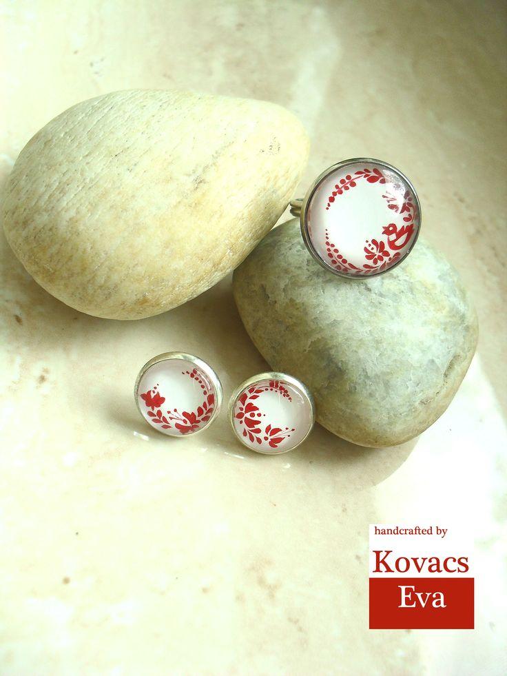 Fehér gyűrű és fülbevaló kézzel festett piros népi motívummal. White ring and earrings with hand painted folk pattern.
