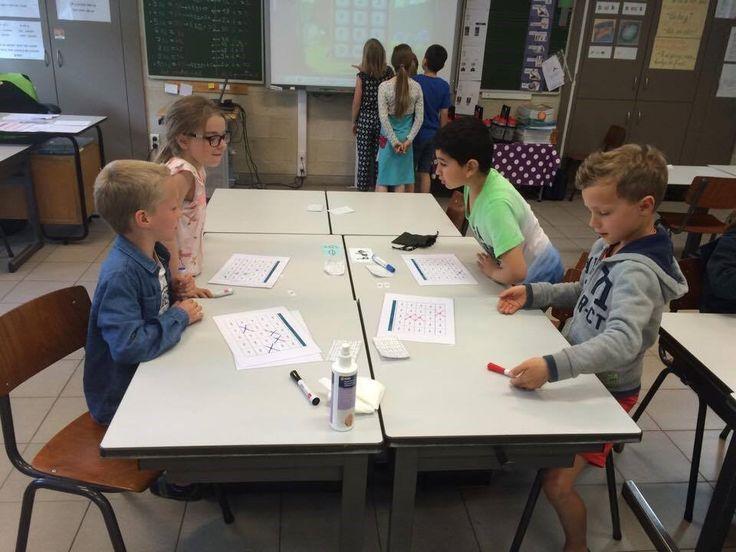 Bingo Versie 1: maaltafels. Elke leerling krijgt een bingokaart. Om de beurt trekt elke leerling een uitkomst van een maaltafel uit het zakje. De leerlingen zoeken de bijpassende maaltafel en duiden ze aan. De eerste die vijf vakjes horizontaal of verticaal heeft roept: Bingo. Versie 2: klok. Hetzelfde principe als hierboven. Op de kaart staan analoge klokken en op de kaartjes die getrokken worden  digitale klokken.