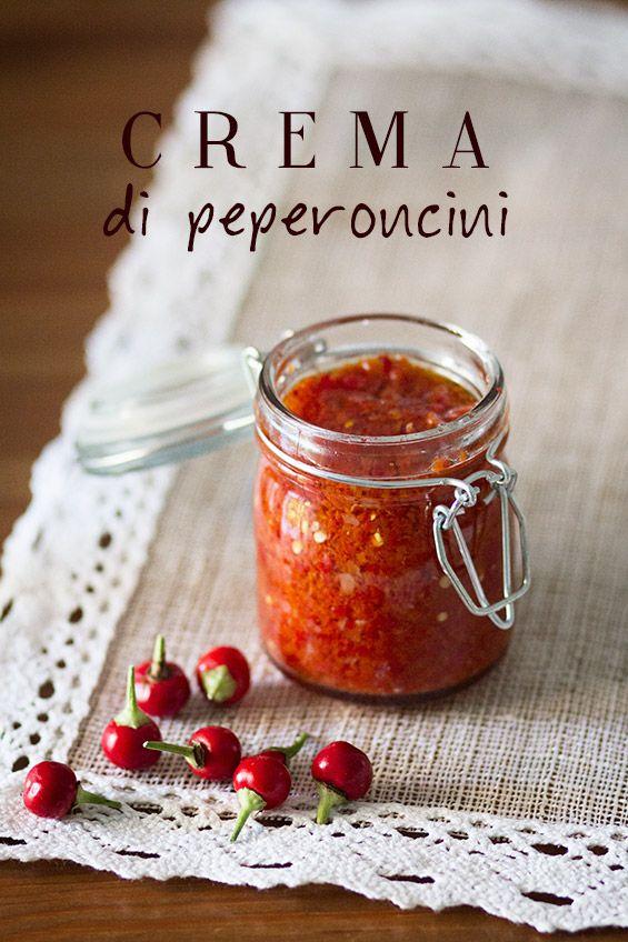 Ingredienti per un vasetto da 150 ml: 200 g di peperoncini freschi 2 spicchi d'aglio 1 cucchiaino di sale fino Olio extravergine di oliva. Per chi ama la #salsa piccante! Ottima con la #carne #equina