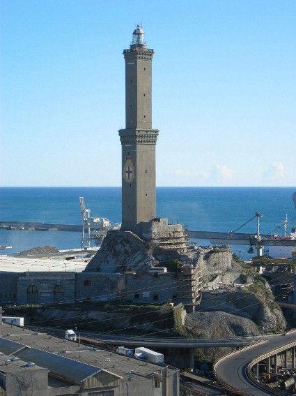 La Lanterna di Genova - nome popolare della Torre del Faro, il simbolo di Genova. Alta 76 metri (ma il punto pià alto è a circa 120 metri sopra il livello del mare) domina tutto il porto e la visuale si estende dal promontorio di Portofino fino a tutta la costa ponentina.