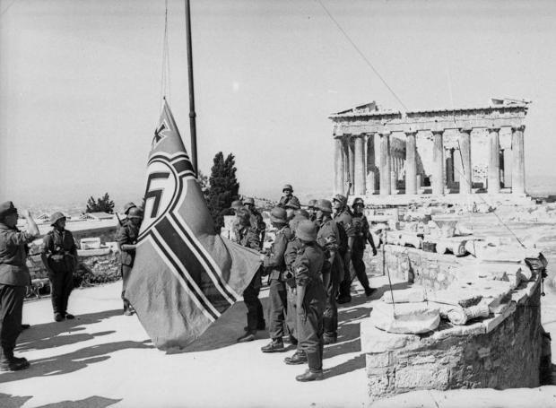 Πρώτη πράξη αντίστασης: Ο Μανώλης Γλέζος και ο Λάκης Σάντας ήταν δύο νεαροί φοιτητές, που δάκρυζαν, όπως και χιλιάδες Αθηναίοι, βλέποντας τη γερμανική σβάστικα να κυματίζει στην Ακρόπολη. Έπρεπε, λοιπόν, να κατέβει…