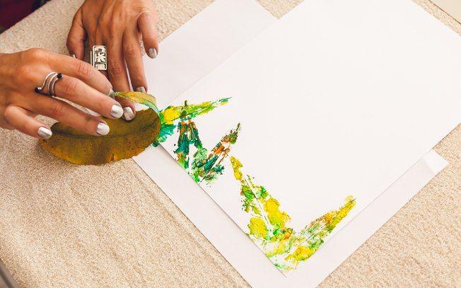 Pressione as folhas tingidas contra o papel - com leveza, para elas não racharem. Foto: Edu Cesar