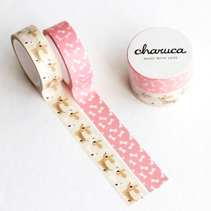 Washi tape pack perrito hecho con amor por Charuca y Lora Bailora. Dos rollos de 7 metros cada uno: perritos y huesos. No podrás dejar de usarlos.