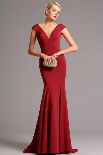 Vysoce elegantní plesové šaty červené hluboký výstřih V na přední i zadní straně minirukávky zakrývající ramena    projmutý střih a všitou podprsenku mírně pružný samet délka 155 cm