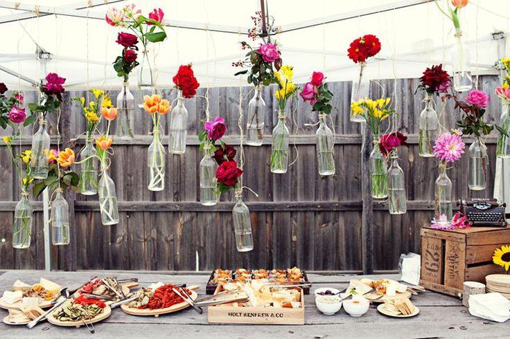 Günstige und Creative Garden Wedding Deko-Ideen ♥ Bunte Blüten in hängenden Glasflaschen für Hochzeit